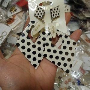 900+ Pairs of Women's Earrings